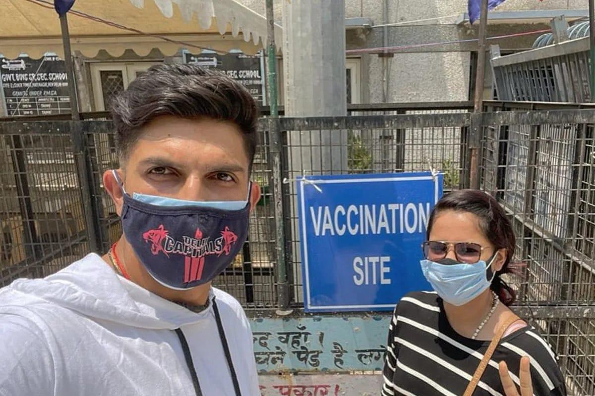 ભારતીય ઝડપી બોલર ઇશાંત શર્માને સોમવારે કોરોના રસી લગાવવામાં આવી. આ દરમિયાન તેમની પત્ની પણ તેમની સાથે હાજર હતા. તેણે રસીકરણ પ્રક્રિયાની પ્રશંસા કરી હતી.