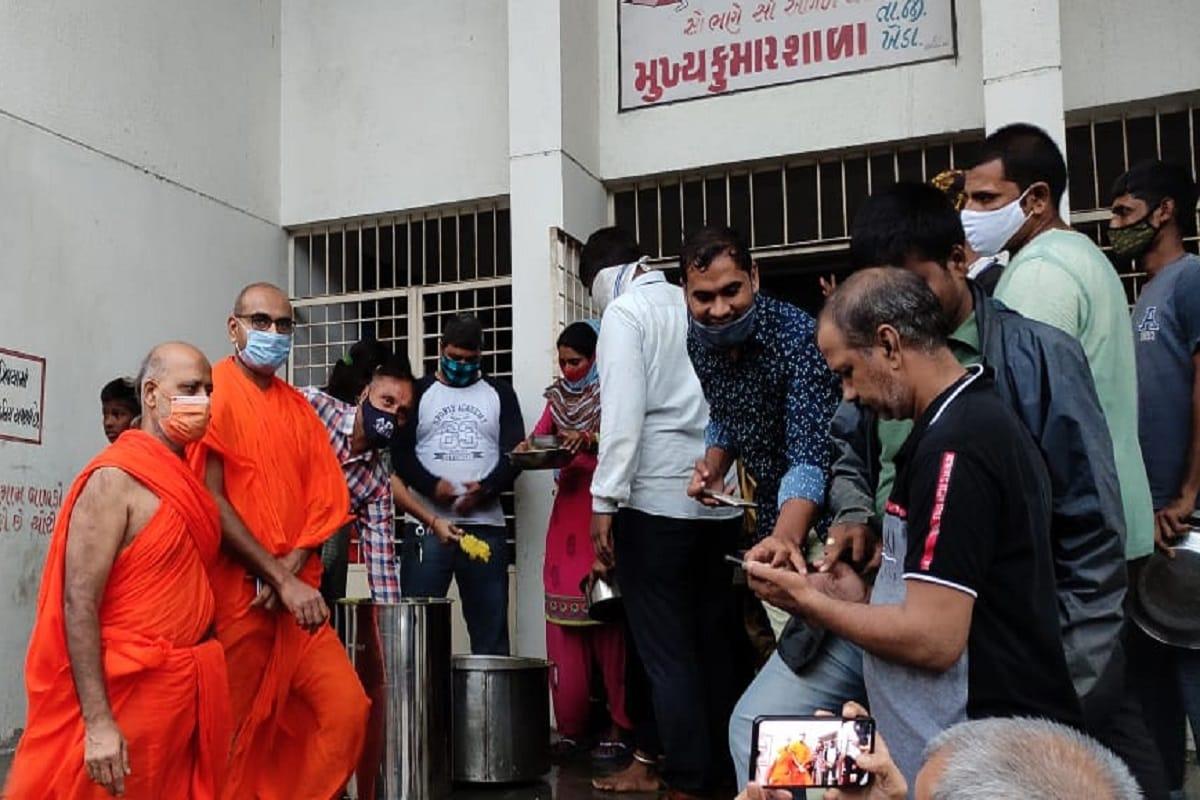 આ અસરગ્રસ્તોની સારસંભાળ રાખવા માટે મણિનગર શ્રી સ્વામિનારાયણ ગાદીના આચાર્ય જિતેન્દ્રિયપ્રિયદાસજી સ્વામીની આજ્ઞાથી શ્રી મુક્તજીવન સ્વામીબાપા પ્રાગટ્ય ધામ - શ્રી સ્વામિનારાયણ મંદિર, ખેડાના સંતોએ સ્વયં ખીચડી - કઢી બનાવીને જમાડ્યા હતા.