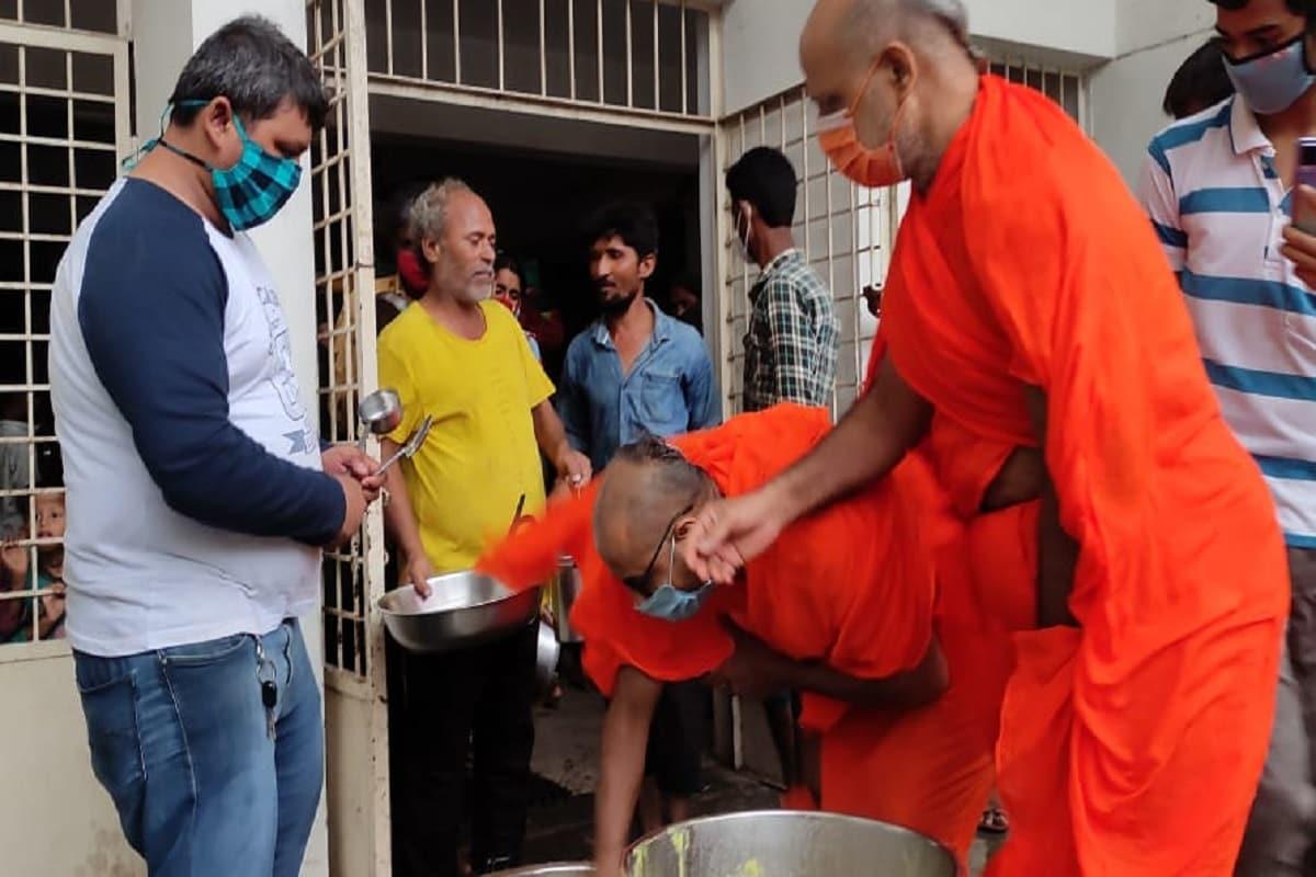 ખેડા મંદિરમાં સંતોએ ખીચડી તેમજ કઢી બનાવીને જાતે જ જઈને અસરગ્રસ્તોને આપી આવી કપરી સ્થિતિમાં હિંમત ન હારવા અને ભગવાન પર વિશ્વાસ રાખવા માટે કહ્યું હતું. ગુજરાતમાં જ્યારે પણ કુદરતી આપદા આવી છે ત્યારે મણિનગર શ્રી સ્વામિનારાયણ ગાદી સંસ્થાન દ્વારા સમાજ સેવામાં ખડેપગે હાજર રહીને સંતો જાતે જ માનવસેવા કાર્યમાં તત્પર રહે છે.