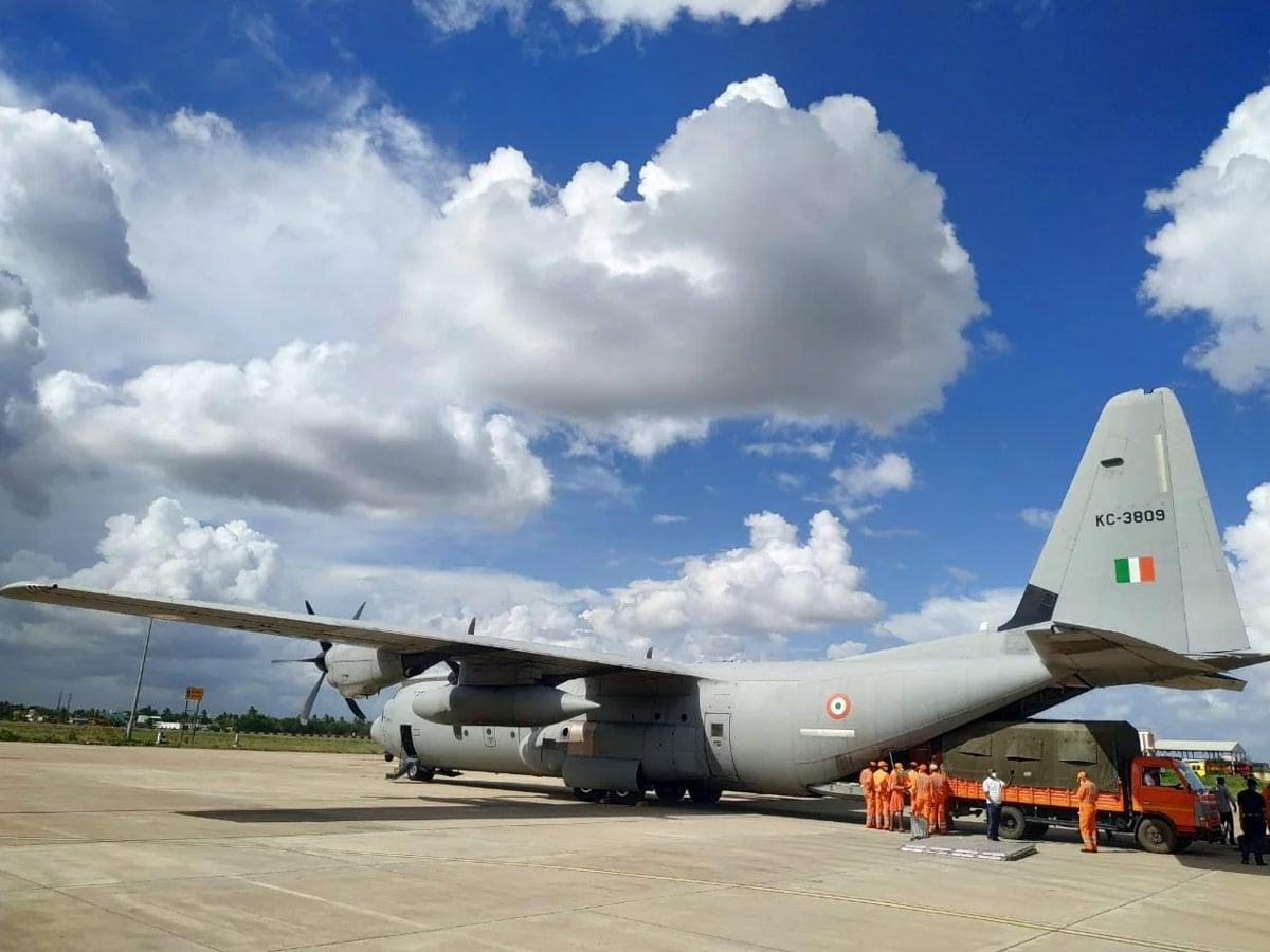 ભારતીય વાયુસેનાએ પોતાના બે સી-130જે અને એક એએન-32 પ્લેનને મદદ માટે તૈનાત કર્યા છે. તેમાં કોલકાતાથી 167 કર્મીઓ અને સામાનેન કોલકાતાથી અમદાવાદ પહોંચાડવામાં આવી રહી છે.