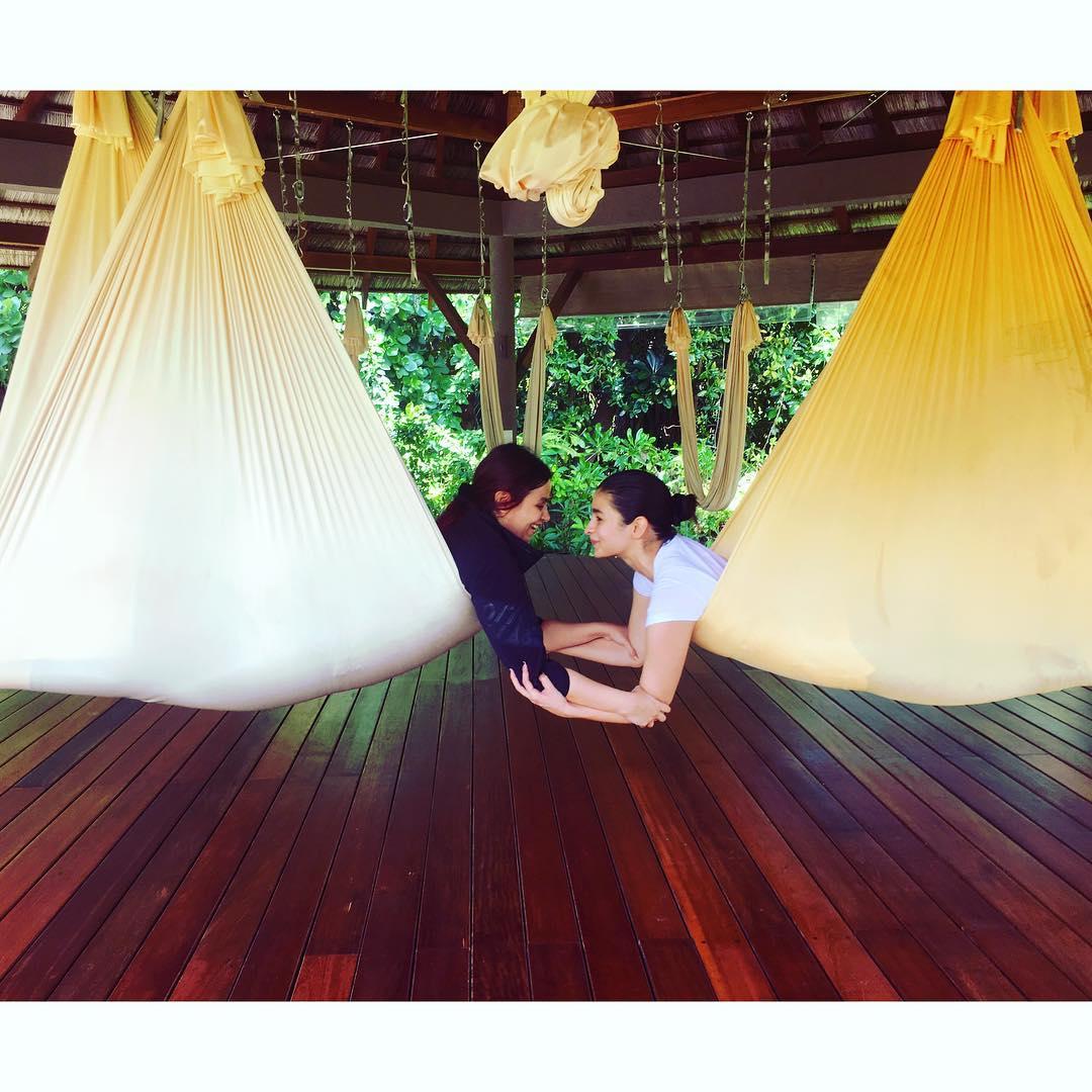 આલિયા ભટ્ટ તેની બહેન સાથે યોગ કરતી નજર આવે છે. (Image: Instagram)