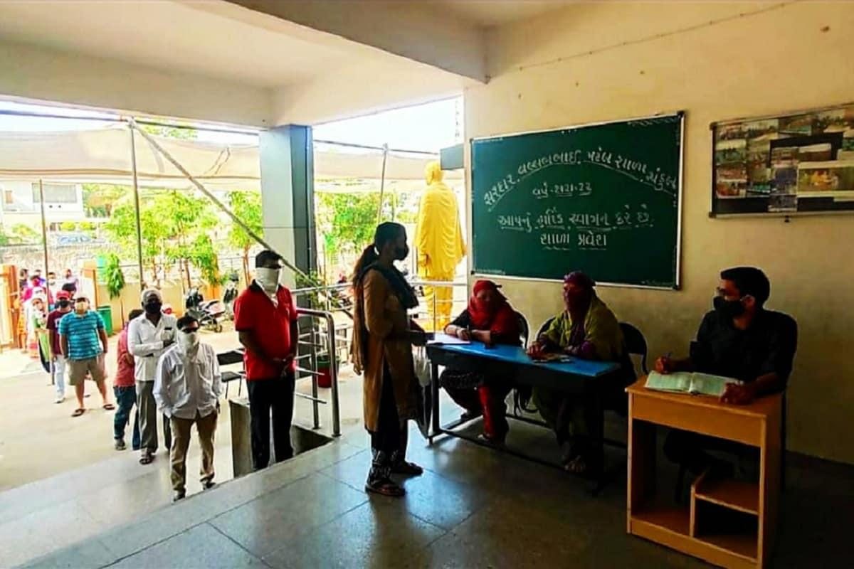 સંજય ટાંક, અમદાવાદ : ખાનગી શાળાઓમાં ફીના નામે વાલીઓ પાસેથી લૂંટ હવે નહી ચાલે કારણ કે, વાલીઓને હવે ખાનગી શાળાનો વિકલ્પ સરકારી શાળા રૂપે મળી ગયો છે. અને એજ કારણ છે જે હજુ તો શિક્ષણિક સત્રનો પ્રારંભ થયો છે અને હજુ તો માત્ર 7 દિવસ થયા છે ત્યાં જ 15 હજારથી વધુ બાળકોએ ધોરણ 1માં પ્રવેશ મેળવ્યો છે. અમદાવાદ કોર્પોરેશન સંચાલિત શાળાઓમાંથી 80 ટકા શાળાઓમાં એડમિશન લેવા વેઈટીંગ ચાલી રહ્યું છે.
