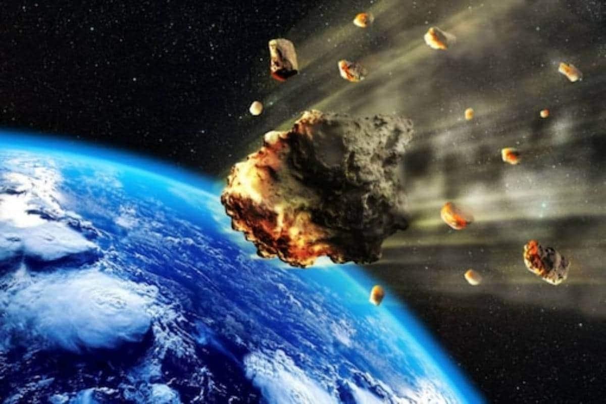 નવી દિલ્હી. આપણી ધરતી બ્રહ્માંડનો એ સુંદર ગ્રહ છે જે જીવન માટે સૌથી અનુકૂળ પરિસ્થિતિઓ પ્રદાન કરે છે. જોકે જળવાયુ પરિવર્તન (Climate Change) અને અંતરિક્ષમાં થતી ગતિવિધિઓના કારણે ધરતી પર ખતરો (Earth is in Danger) હંમેશા ઊભો થતો રહેતો હોય છે. ફરી એક વાર 250 મીટરનો વિશાળ ઉલ્કાપિંડ (Big Asteroid is expected to collide with the Earth) ધરતી માટે મુશ્કેલી ઊભી કરી શકે છે. 14,000 મીટર પ્રતિ કલાકની ઝડપે આ Asteroid ધરતી તરફ ધસી રહ્યો છે. (Photo Credit- Getty Images)