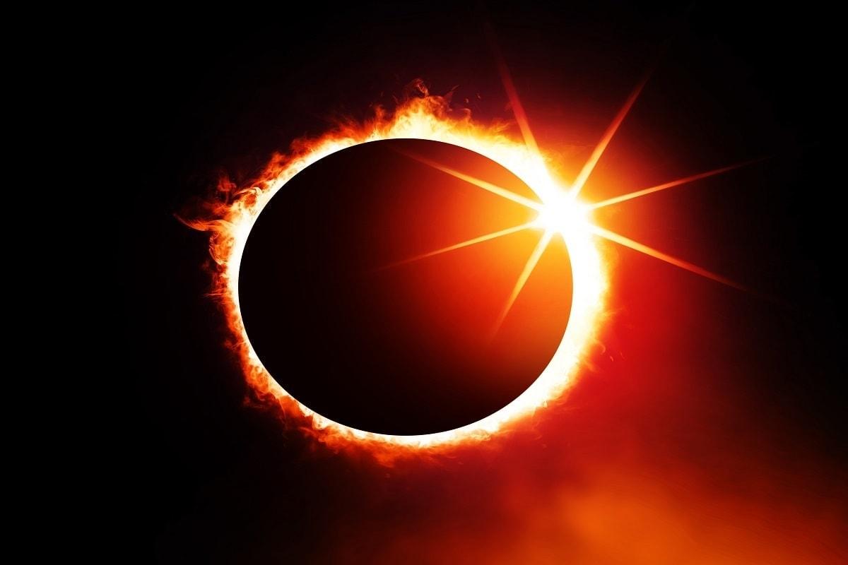 વૈજ્ઞાનિક દ્રષ્ટિકોણ - વિજ્ઞાન અનુસાર સૂર્યગ્રહણ એક ખગોળીય ઘટના છે. સૂર્ય અને પૃથ્વીની વચ્ચે ચંદ્ર આવે છે ત્યારે ચંદ્રના કારણે સૂર્યપ્રકાશ જોવા મળતો નથી. ચંદ્રના કારણે સૂર્ય પૂર્ણ અથવા આંશિક રૂપે ઢંકાઈ જાય છે, તેને સૂર્યગ્રહણ કહેવામાં આવે છે.