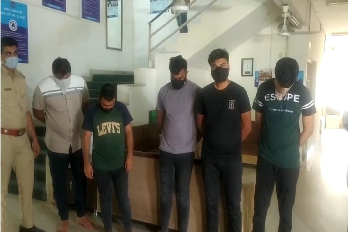 અમદાવાદ : હોટલમાં રૂમ બુક કરાવી નબીરાઓ જામી હતી દારૂની મહેફિલ, પોલીસે રેડ કરી 9ની કરી અટકાયત
