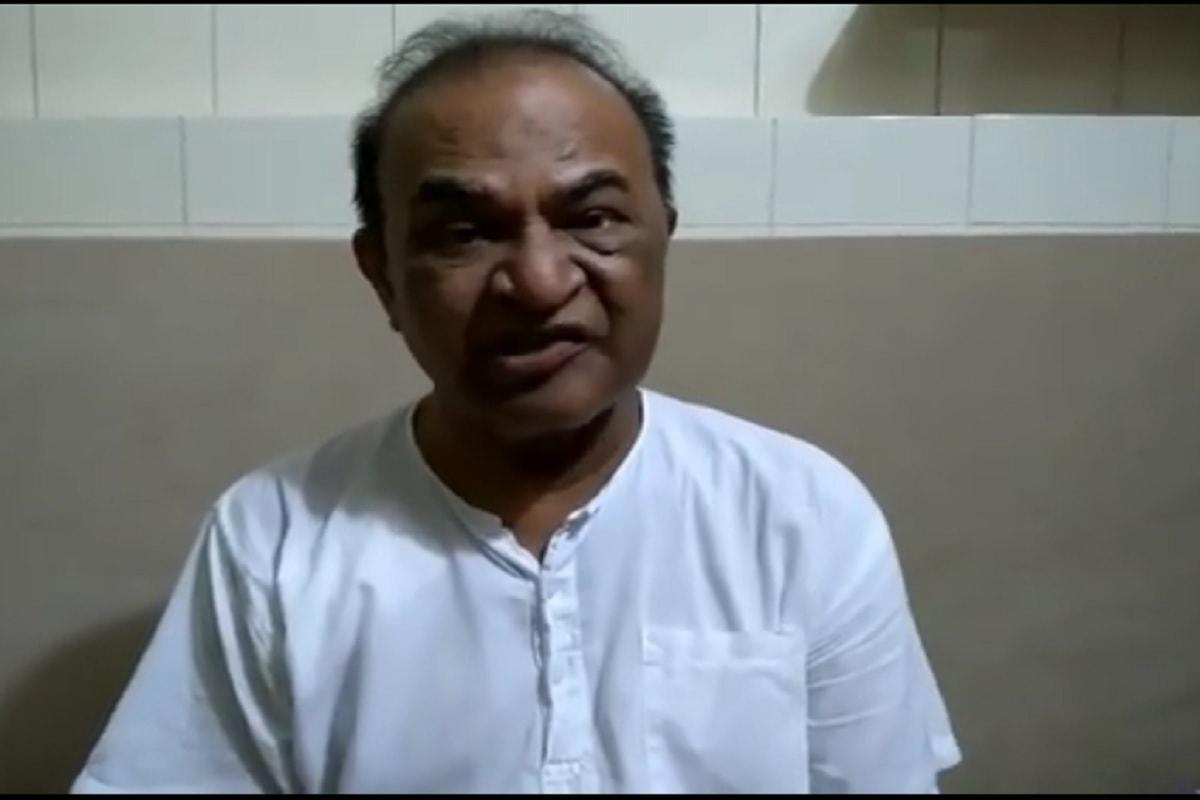 એન્ટરટેઇનમેન્ટ ડેસ્ક: ટીવીનાં લોકપ્રીય શો તારક મેહતા કા ઉલ્ટા ચશ્મા (Tarak Mehta Ka Ooltah Chashmah) દર્શકોનું ખુબ મનોરંજન કરે છે. શોનાં તમામ કિરદારની એક અલગ ફેન ફોલોઇંગ છે. શોમાં નટૂ કાકાનો (Nattu Kaka) રોલ અદા કરનારા એક્ટર ધનશ્યામ નાયક (Ghanashyam Nayak) હાલનાં દિવસોમાં કેન્સરથી ઝઝૂમી રહ્યાં છે. 77 વર્ષનાં ઘનશ્યામ નાયક દર્શકોનું દિલથી મનોરંજન કરે છે. હાલમાં તેમને ગળાનું કેન્સર ડિટેક્ટ થયું છે. જે બાદ તેઓ ટ્રિટમેન્ટ માટે પરત ફર્યા હોવાથી હાલમાં શોમાં દેખાતા નથી. (તસવીર- ઘનશ્યામ નાયકનાં FB પેજ પરનાં વીડિયો માંથી )