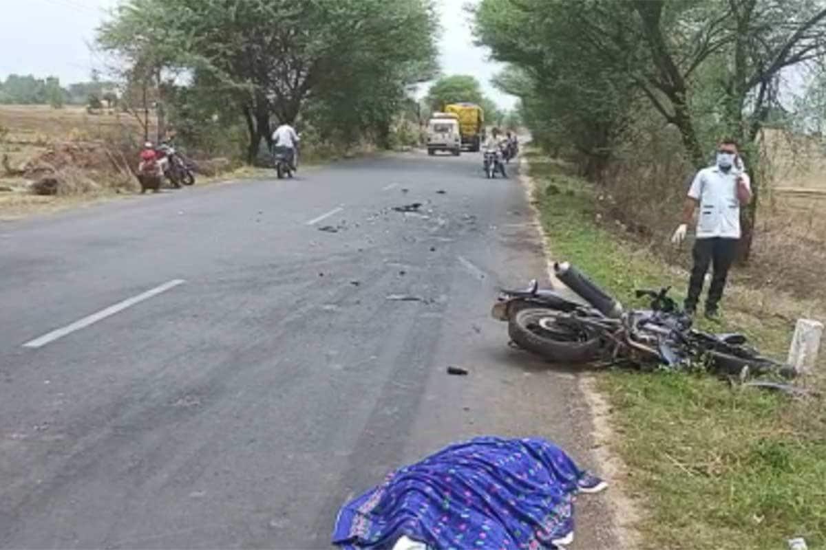 છોટાઉદેપુર: રાજ્યમાં આજે છોટાઉદેપુર જિલ્લામાં હિટ એન્ડ રન (Hit and run incident chhotaudepur district)ની ઘટનામાં એક બાઇક સવારનું નિધન થયું છે. જિલ્લાના અલીરાજપુર રોડ ઉપર ચીસડીયા ગામ નજીક આ હિટ એન્ડ રનની ઘટના બની હતી. જેમાં બાઇક (Bike)ને ટક્કર મારીને ટ્રક ચાલક (Truck driver) ટ્રક સાથે ફરાર થઈ ગયો હતો. બનાવમાં એક વ્યક્તિનું નિધન અને એક વ્યક્તિ ગંભીર રીતે ઈજાગ્રસ્ત થયો છે.