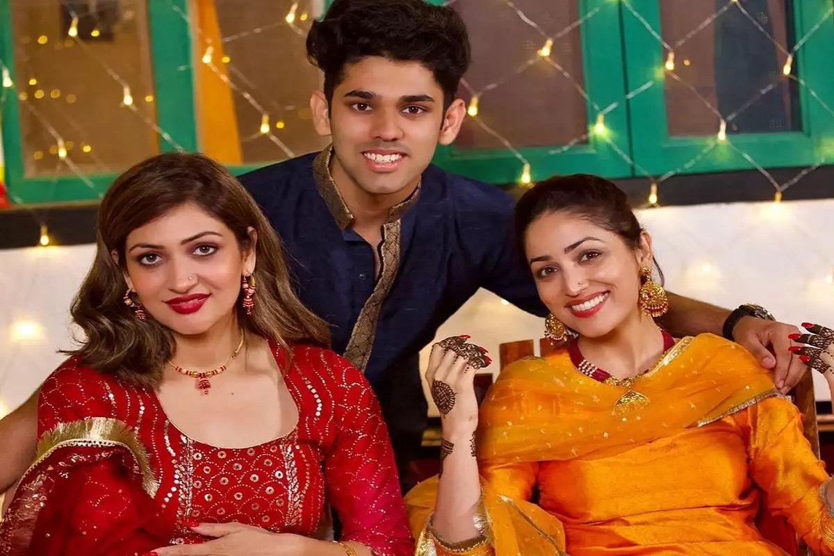 આ તસવીરોમાં યામી પરિવાર સાથે જોવા મળી હતી. યામીની નાની બહેન સુરીલીએ પણ લગ્નની તસવીરો શેર કરી હતી.