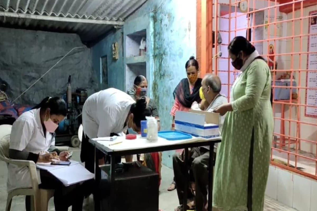 આમ દિવસ બાદ હવે રાત્રે પણ વલસાડ જિલ્લામાં રસીકરણના કેમ્પ લાગી રહ્યા છે. આથી વલસાડ જિલ્લામાં ચાલી રહેલા રસીકરણ ઝુંબેશને વધુ વેગ મળ્યો છે અને વધુમાં વધુ લોકોને રસી લગાવવામાં આવી રહી છે. હજુ પણ આગામી સમયમાં જિલ્લામાં ચાલી રહેલા રસીકરણ અભિયાનને તીવ્ર ગતિએ ચલાવવા માટે આરોગ્ય વિભાગ દ્વારા વિવિધ પ્રયાસો કરવામાં આવી રહ્યા છે.
