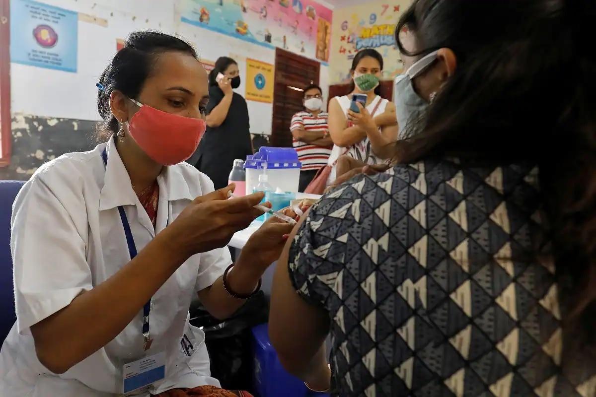 શુક્રવારે મહારાષ્ટ્રમાં કોરોના વાયરસના સંક્રમણના 14,152 નવા કેસ નોંધાયા પછી, ચેપગ્રસ્ત લોકોની કુલ સંખ્યા વધીને 58,05,565 થઈ ગઈ. આ સિવાય વધુ 289 દર્દીઓનાં મોત સાથે, મૃતકોની સંખ્યા વધીને 98,771 થઈ ગઈ છે. મહારાષ્ટ્રના આરોગ્ય વિભાગના જણાવ્યા અનુસાર રાજ્યમાં સતત પાંચમાં દિવસે ચેપના 20 હજારથી ઓછા કેસ નોંધાયા છે. વિભાગના જણાવ્યા મુજબ, રાજ્યમાં વધુ 20,852 દર્દીઓ ચેપ મુક્ત થયા પછી, સાજા થયેલા લોકોની કુલ સંખ્યા વધીને 55,07,058 થઈ ગઈ છે. સારવાર હેઠળ દર્દીઓની સંખ્યા 1,96,894 છે.