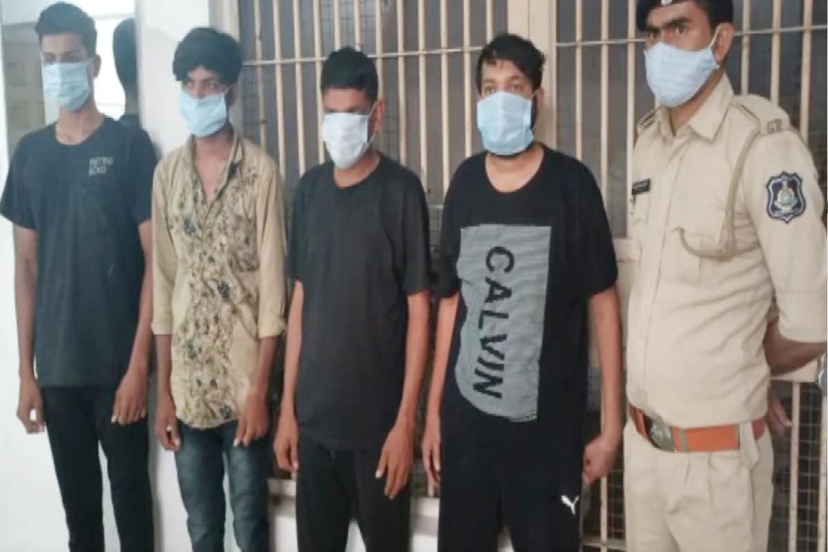 અશરફખાન જત, પાટણ : પાટણ (Patan) જિલ્લાની રાધનપુર પોલીસે (Radhanpur) રાજસ્થાનથી કાઠિયાવાડ લઈ જવાતો દારૂ ઝડપી (Liquor) પાડ્યો છે. પોલીસે મહિન્દ્રા પીકઅપ ડાલામાંથી 5 લાખ રૂપિયાના મુદ્દામાલ સાથે દારૂનો જથ્થો ઝડપી અને ચાર શખ્સો વિરુદ્ધ કાયદેસરની કાર્યાવહી કરી છે. બૂટલેગરોએ (Bootlegger) પોલીસથી બચવા દારૂની હેરફેરનો (New Technique) નવો કીમિયો અપનાવ્યો હતો. જોકે, પોલીસે આ કીમિયો નિષ્ફળ બનાવી દીધો છે.