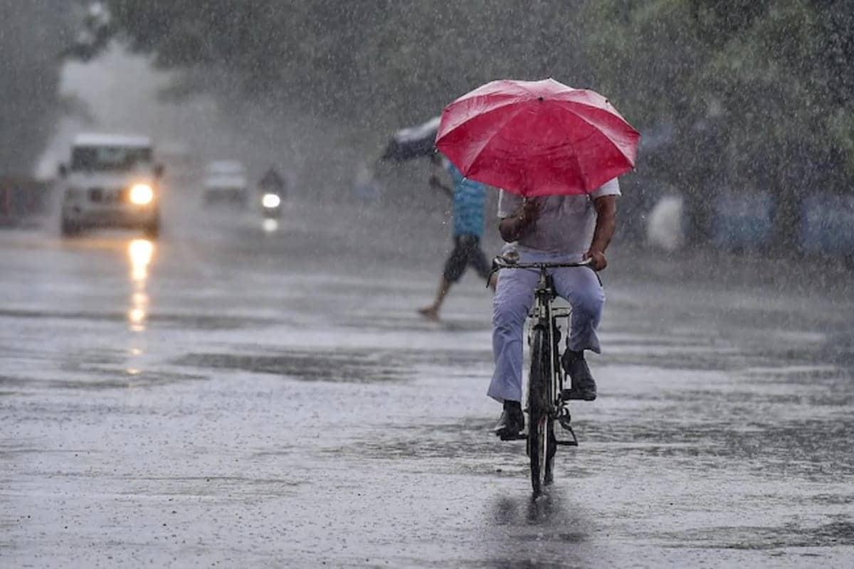 વિભૂ પટેલ, અમદાવાદ : રાજ્યના હવામાન વિભાગ (Gujarat Weather Forecast) દ્વારા આગામી 5 દિવસ માટે રાજ્યના જુદા જુદા વિસ્તારોમાં વરસાદ પડવાની આગાહી આપવામાં આવી છે. આ પાંચ દરમિયાન સામાન્યથી અતિભારે વરરસાદ વરસી શકે છે. રાજ્યમાં 24 જુલાઈથી 27 જુલાઈ સુધી જુદા જુદા વિસ્તારોમાં વરસાદ પડશે. દરમિયાન આ વરસાદ ઉપરાંત અરબી સમુદ્રમાં 5-60 કિલોમીટરની ઝડપે પવન ફૂંકાશે જેથી માછીમારોને દરિયો ન ખેડવા સૂચના આપવામાં આવી છે. પ્રતિકાત્મક તસવીર