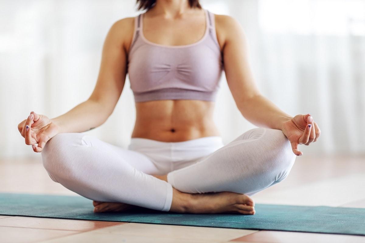 આંતરરાષ્ટ્રીય યોગ દિવસ (International Yoga Day 2021) દર વર્ષે 21 જૂને ઉજવવામાં આવે છે. આ વિશેષ દિવસે યોગની મહત્તા અને આવશ્યકતા વિશે લોકોમાં જાગૃતિ વધારવામાં આવે છે. યોગ કરવાથી સ્વસ્થ રહી શકાય છે. શારીરિક અને માનસિક શાંતિ માટે યોગ ખૂબ જ મહત્વપૂર્ણ છે. યોગ પાસે રોગોને નિવારવાના આસનો હોય છે. તો આજે આપણે, જોઈન્ટ પેઈન (joint Pain) એટલે સાંધાનો દુખાવો યોગ દ્વારા કઇ રીતે છૂમંતર કરી દેવાય તે જોઇશું. જ્યારે સાંધાનો દુખાવો થાય છે ત્યારે ઘણો અસહ્ય લાગે છે. જો તેનો કોઈ ઉપાય ન કરવામાં આવ્યો તો તે અસહ્ય બની જાય છે. તેના માટે અહીં એક સારો અને સરળ ઉપાય સુચવવામાં આવ્યો છે. શરીરમાં કુલ 84 વાયુ છે. વાયુ રોગીને પરેશાન કરી મૂકે છે. સ્વાસ્થ્ય અને શાંતિ માટે વાયુનું સંતુલન અનિવાર્ય છે અને તે સ્થિતિ વાયુ મુદ્રા (vayu Mudra) દ્વારા શક્ય બને છે.