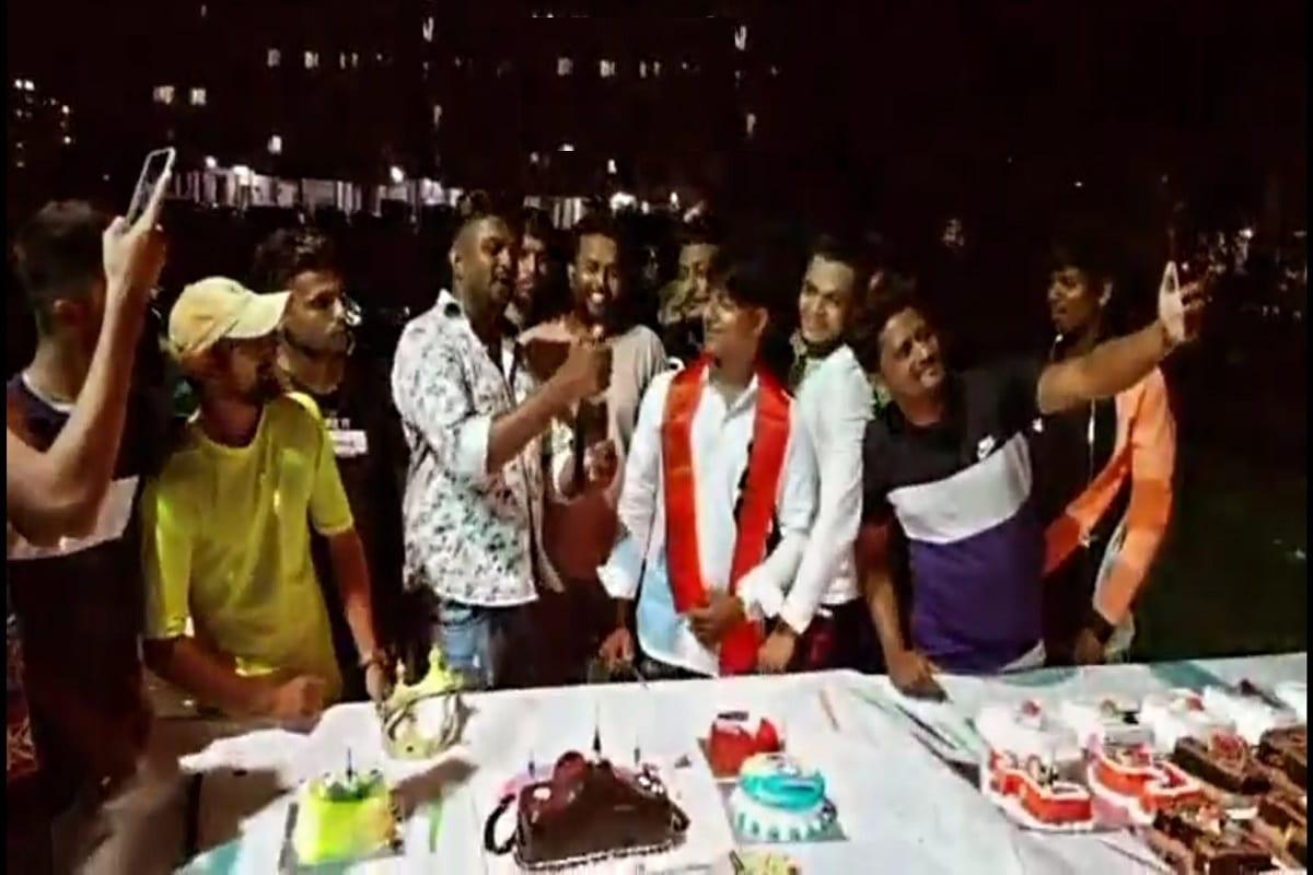 કિર્તેશ પટેલ, સુરતઃ સુરત શહેર હોય કે અમદાવાદ જાહેરમાં જન્મ દિવસ ઉજવવાનો એક ટ્રેન્ડ (Birthday celebration trend) બની ગયો હોય એમ છાસવારે આવા વીડિયો સોશિયલ મીડિયા ઉપર વાયરલ (video viral on social media) થઈ રહ્યા છે. સામાન્ય દિવસોમાં જન્મદિવસ ઉજવાય તો ઠીક પરંતુ કોરોનાના કપરા સમયમાં અને રાત્રી કર્ફ્યૂનો (Night curfew) અમલ ચાલું હોય ત્યારે જાહેરમાં ટોળાં ભેગા કરીને જન્મદિવસ ઉજવતા લોકોના વીડિયો વાયરલ થતાં હોય છે. જાણે કે તેમને કાયદા અને કોરોનાનો સહેજ પણ ડર ન હોય. આવો વધુ એક વીડિયો સોશિયલ મીડિયા ઉપર વાયરલ થયો હતો. જેમાં જાહેર રસ્તા ઉપર બે ટેબલો ઉપર કેકનો ઢગલો હતો. અને શેમ્પેઈનની બોટલની (champagne bottle) છોળો ઉડતી નજરે ચડે છે.