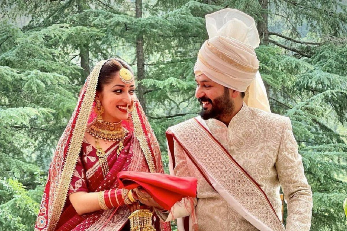 એન્ટરટેઇનમેન્ટ ડેસ્ક: ફેર એન્ડ લવલી ગર્લ યામી ગૌતમ (Yami Gautam)એ ઉરી: ધ સર્જિકલ સ્ટ્રાઇકનાં ડિરેક્ટર આદિત્ય ઘર (Aditya Dhar)ની સાથે લગ્ન કરી તેનાં જીવનની નવી પારીની શરૂઆત કરી છે. ટીવીથી ઇન્ડસ્ટ્રીમાં સફર કરનારી આ એક્ટ્રેસનાં લગ્ન હિમાચલ પ્રદેશમાં ખુબજ સાદગીથી સંપન્ન થયા.