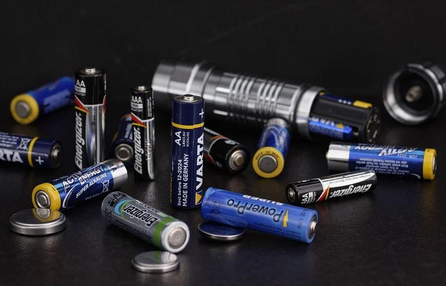 સૌથી મોટી સમસ્યા વીજળની ઊર્જા છે. તેની ક્ષમતા 300 કિલોવોટ સુધી હોઇ શકે છે, જે ઘણી વખત મિલી સેકન્ડ માટે રહે છે. આટલી શક્તિશાળી વીજળીને કોઇ એક જગ્યાએ એકત્ર કરવી લગભગ અશક્ય છે. હાલ તૈયાર કોઇ પણ બેટરી આટલી ઊર્જાને સહન કરી શકતી નથી. તે ધીમે-ધીમે ચાર્જ થાય છે અને એટલી ઊર્જા નાખવા પર ભીષણ દુર્ઘટના બની શકે છે.