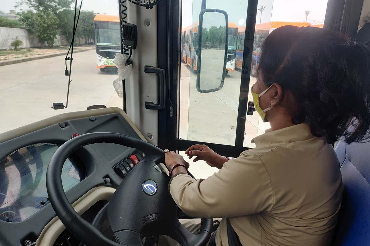 અમદાવાદ: પતિના મોત બાદ પત્નીએ સ્વીકારી ડ્રાઇવરની નોકરી, BRTS બસ ચલાવશે