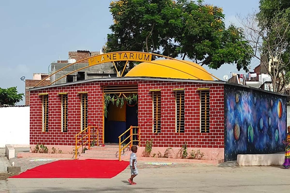 સંજય ટાંક, અમદાવાદ: અમદાવાદની સરકારી શાળાઓ હવે સ્માર્ટ (AMC smart scools) બની છે. અમદાવાદ મ્યુનિસિપલ કોર્પોરેશન (Ahmedabad Municipal Corporation) સંચાલિત શાળામાં આ વખતે ખાનગી શાળાઓમાંથી સરકારી શાળામાં એડમિશન લેવાનો પ્રવાહ જોવા મળી રહ્યો છે. એડમિશન માટેની આ લાઈનોને જોતા વધુ બે સ્માર્ટ સ્કૂલનું લોકાર્પણ શિક્ષણ મંત્રી ભુપેન્દ્રસિંહ ચુડાસમા (Bhupendrasinh Chudasama)ના હસ્તે થયું છે. આ સાથે આ સ્માર્ટ શાળામાં જૂનિયર, સીનિયર KGના વિદ્યાર્થીઓના અભ્યાસ માટે સ્કૂલબોર્ડના શિક્ષકો દ્વારા તૈયાર કરાયેલા પ્રિ. પ્રાયમરીના પુસ્તકોને પણ GCERTની માન્યતા મળી ગઈ છે.