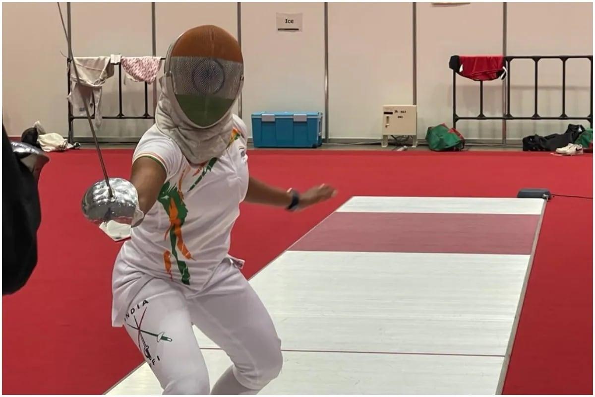 માથાથી લઈને પગ સુધી ઢંકાઈને તલવાર બાજી (fencing) કરનાર ખેલાડી ભવાની દેવી ટોક્યો ઓલિમ્પિક (Tokyo Olympics) માટે ક્વોલિફાઈ કરનારી પહેલી ભારતીય તલવારબાજ (first Indian swordsman to qualify) છે. સીએ ભવાની દેવીએ (Bhavani devi qaulify for tokyo Olympics) સ્કૂલ સમયમાં મજબૂરીમાં આ રમતની પસંદગી કરી હતી. કારણ કે તેમની પાસે આના સિવાય અન્ય કોઈ વિકલ્પ ન્હોતો. ચેન્નાઈની 27 વર્ષીય આ ખેલાડી ઇતિહાસ રચ્યા બાદ છેલ્લા કેટલાય સમયથી ઈટાલીમાં આ રમતનો અભ્યાસ કરી રહી હતી. (PIC: SAI Media)