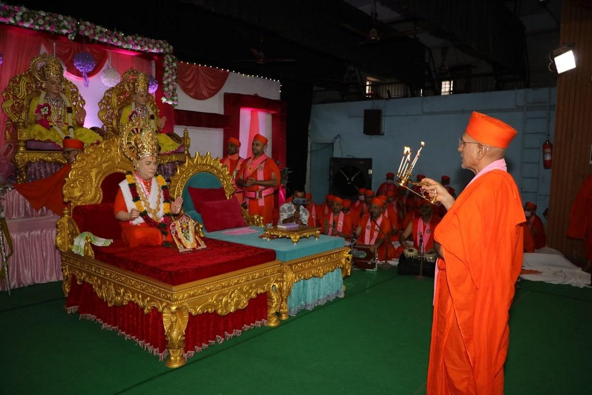 Guru purnima 2021 :છેલ્લા બે વર્ષથી સમગ્ર વિશ્વમાં વૈશ્વિક મહામારી કોરોનાના કારણે વિશ્વમાંથી કોરોના દૂર થઈ જાય તે માટે સ્વામિનારાયણબાપા સ્વામીબાપાની પૂજા કરી પ્રાર્થના કરી હતી. પ્રાર્થનામાં જે શક્તિ અદ્ભૂત, અલૌકિક છે એ શક્તિ આજે કોઈ ટેક્નોકલોજીમાં જોવા મળતી નથી. સરકારના નિયમો અનુસાર ગુરુપૂર્ણિમા (Guru purnima) પર્વની ઉજવણી કરવામાં આવી હતી. મણિનગરથી લાઈવ દર્શન દેશ વિદેશમાં વસતા તમામ સત્સંગી હરિભક્તોએ કર્યાં હતાં. મણિનગર શ્રી સ્વામિનારાયણ ગાદી સંસ્થાનના દેશ વિદેશના તમામ શ્રી સ્વામિનારાયણ મંદિરોમાં ગુરુપૂર્ણિમા (Guru purnima) પર્વની ઉલ્લાસભેર ઊજવણી કરવામાં આવી હતી.