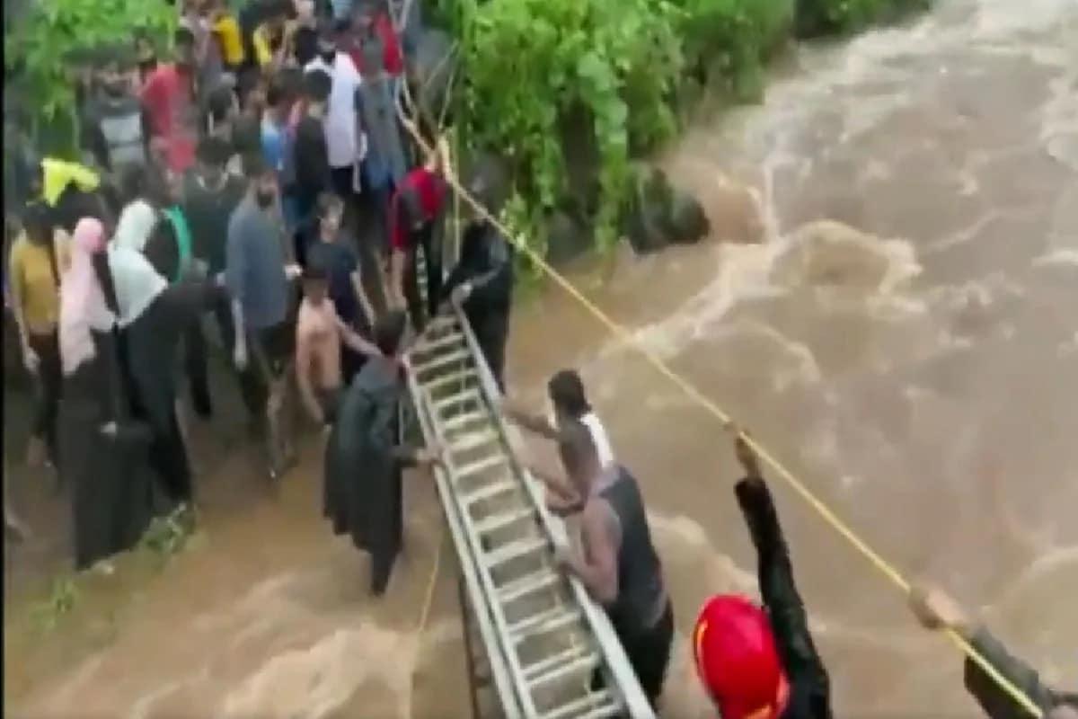 VIDEO: નવી મુંબઈમાં ભારે વરસાદ, ખારઘરની પહાડી ઉપર ફસાયેલા 120 લોકોનું દિલધડક રેસ્ક્યૂ
