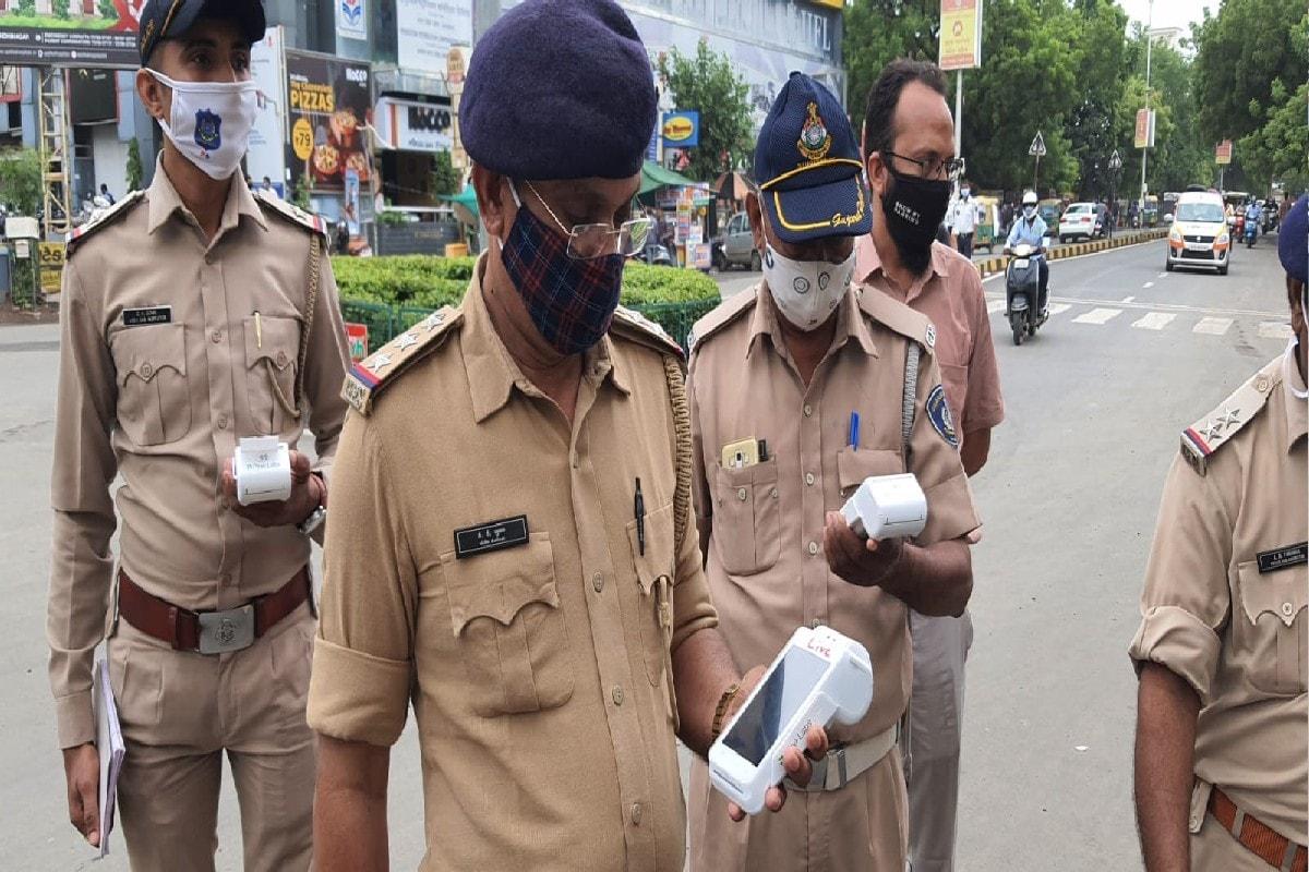 હર્મેશ સુખડિયા, અમદાવાદ: ટ્રાફિકના (Traffic Rules) નિયમ ભંગ કરીને દંડ (Fines) ન ભરવાના બહાના હવે નહિ ચાલે. કારણ કે અમદાવાદ ટ્રાફિક પોલીસ (Ahmedabad Traffic Police) વધુ ડિજીટલ (Digital) બની છે. એટલે કે સ્થળ પર જ હવે પીઓએસ મશીન દ્વારા દંડ વસુલી શકાશે. અમદાવાદ ના અલગ અલગ 150 સ્થળ પર 150 મશીન રાખવા માં આવ્યા છે. અમદાવાદ શહેર ટ્રાફિક પોલીસ હવે ડિજિટલ યુગ તરફ આગળ વધી રહી છે. પહેલા ટ્રાફિકના નિયમનો ભંગ કરનારને સીસીટીવી થકી ઈ મેમો મોકલવાની શરૂઆત કરવામાં આવી અને હવે પીઓએસ મશીન દ્વારા સ્થળ પર ટ્રાફિક નિયમ ભંગ કર્યો તો ત્યાં જ દંડ વસુલશે.