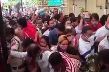 video: મહાકાલ મંદિરમાં બેકાબુ થઈ ભક્તોની ભીડ, બેરિકેડ તૂટ્યા, એકબીજા ઉપર પડ્યા ભક્તો