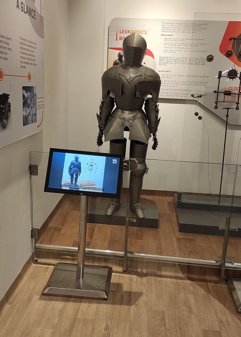 રિસેપશનમાં ઉભેલો રોબોટ તેમને આખી ગેલરી વિશે ગાઈડ પણ કરશે. આ અદભુત રોબોટિક દુનિયાનું લોકાર્પણ પ્રધાનમંત્રી નરેન્દ્ર મોદીના હસ્તે થશે.સાયન્સ સિટીમાં એક અદભુત રોબોટિક ગેલરીનું પણ નિર્માણ કરાયું છે.