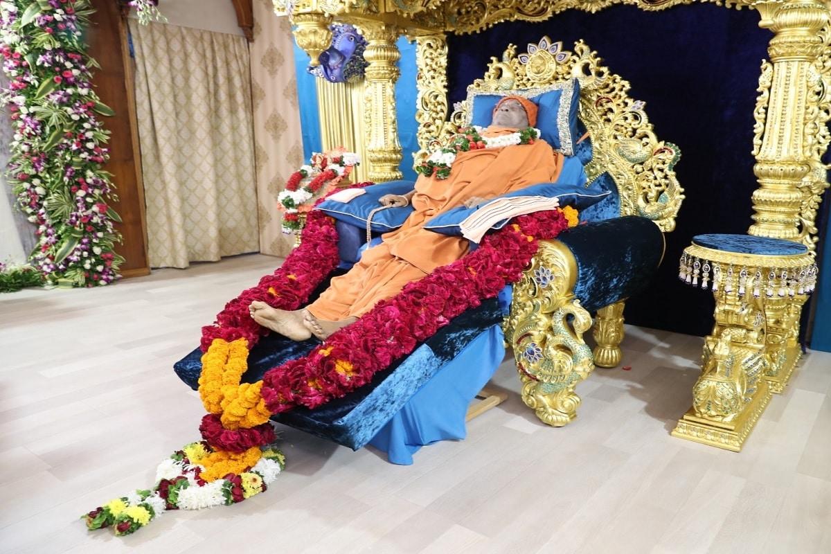 વડોદરા: હરિધામ સોખડા (Haridham Sokhada) મંદિરના સ્વામી હરિપ્રસાદ સ્વામીજી (Hariprasad Swamiji) અક્ષરવાસી થયા બાદ ચાર દિવસથી તેમના અંતિમ દર્શન (Last Darshan) માટે દેશ વિદેશમાંથી મોટી સંખ્યામાં ભક્તો સોખડા (Sojhada) ખાતે આવી રહ્યા છે. અંતિમ દર્શનના શનિવારે છેલ્લા દિવસે પણ આશરે એક લાખ કરતા વધુ ભક્તો દર્શન કર્યા હતા. આજે રવિવારે બપોરે હરિધામ મંદિરમાં આવેલા લીમડાવનમાં સ્વામીજીના અંતિમ સંસ્કાર (Hariprasad Swami Last ritual) થશે. જેમાં સંતો, અગ્રણીઓ હાજર રહેશે, હરિભકતોએ ઓનલાઇન દર્શન કરવાનાં રહેશે. અંતિમ સંસ્કાર વિધીમાં મુખ્યમંત્રી વિજય રૂપાણી પણ ઉપસ્થિત રહેવાનાં છે.