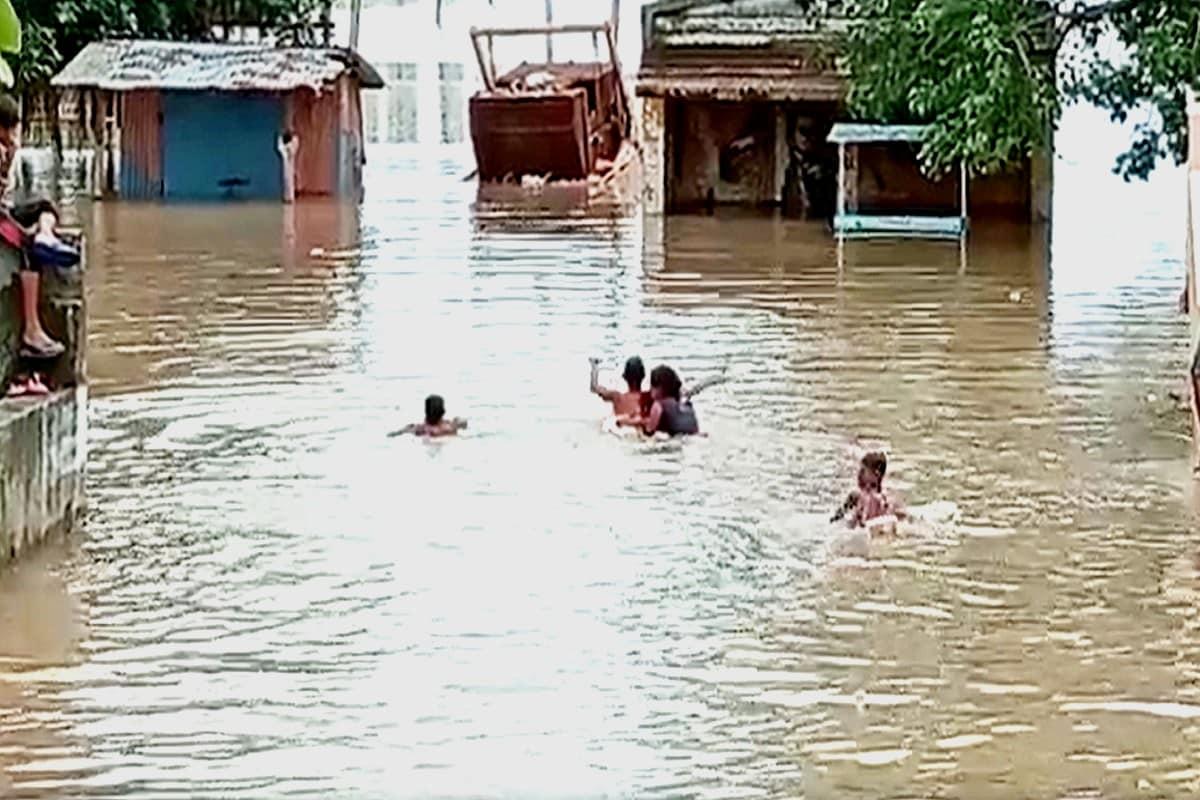 કિર્તેશ પટેલ, સુરત : સુરતમાં (Surat) ધોધમાર વરસાદનાં (Rain) પગલે સણિયા હેમાદ (Hemad) ગામ બેટમાં (island) ફેરવાઈ ગયું હતું. જેના પગલે ગામમાંથી લોકોને સ્થળાંતર કરવામાં આવ્યું હતું. જો કે લોકોની હાલાકીને જોતા તંત્ર દ્વારાલોકોને કોઈ મદદ પહોચાડવામાં નહિ આવતા લોકોમાં રોષ જોવા મળ્યો હતો. તો સાથે જ ગામના માજી મહિલા સરપંચે તાપી શુદ્ધિકરણની પાલિકા દ્વારા કરાઈ રહેલી કામગીરી અનેક સવાલો ઉભા કર્યા હતા. અને પાલિકાની પ્રી મોન્સુન કામગીરી ફેલ થઇ હોવાનો આક્ષેપ કર્યો હતો.