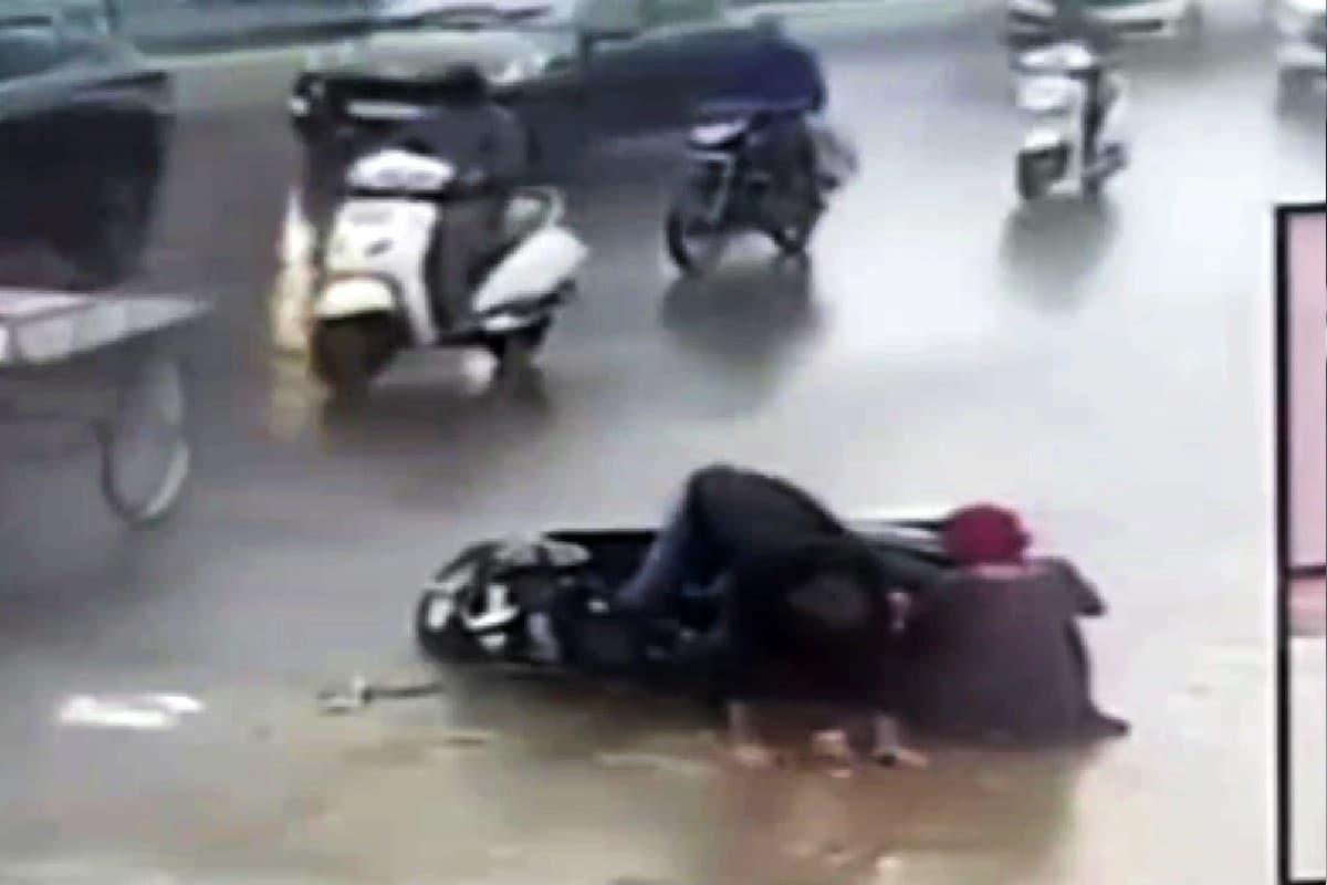 વડોદરા : ચોમાસાના જોખમી અકસ્માતનો CCTV Video, વાહનચાલક મહિલા સાથે ખાડામાં પટકાયો, ચેતવણીરૂપ કિસ્સો