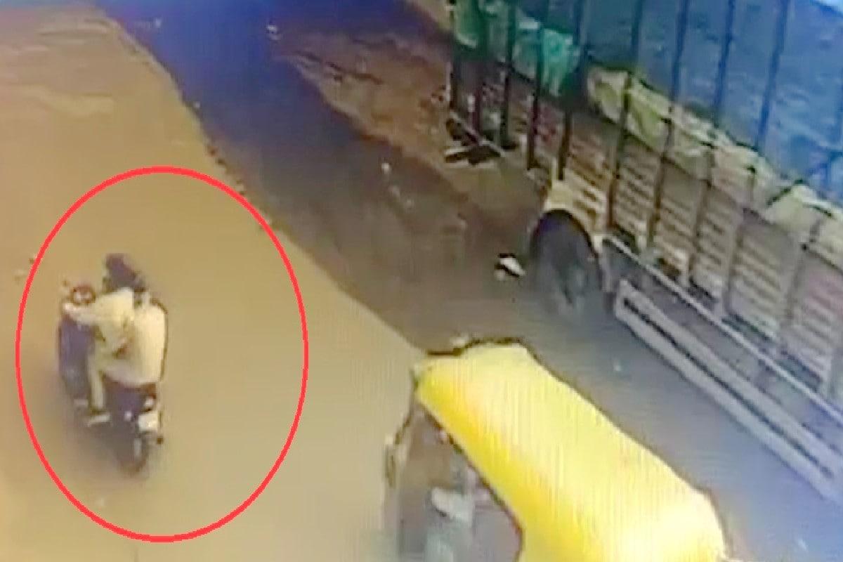 અમદાવાદ : 12.92 લાખની ચીલ ઝડપનો CCTV Video, આંખના પલકારામાં 'સમડી'એ થેલો ઝૂંટવી લીધો