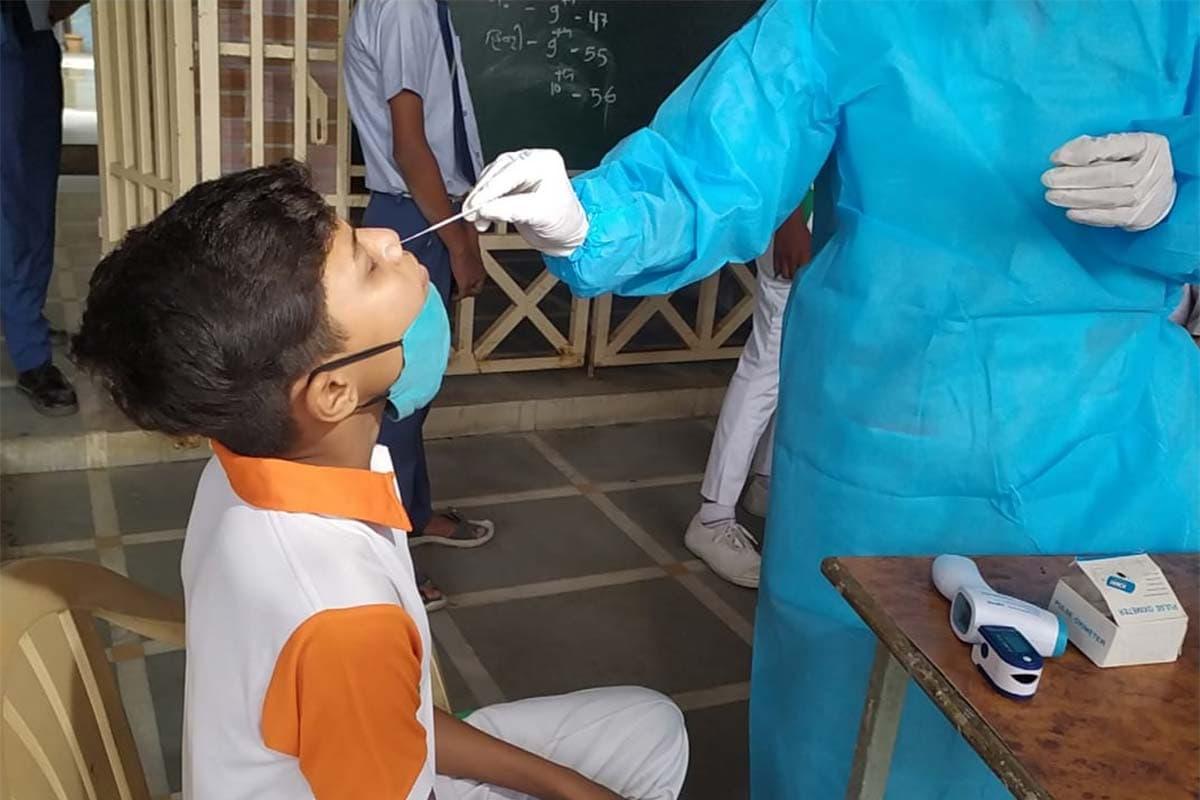 કિર્તેશ પટેલ, સુરત: કોરોનાની બીજી લહેર (Coronavirus second wave) શાંત થતાં સરકારે ધોરણ 9થી 12ના વર્ગો શરૂ કરવાની છૂટ (Ofline eduction) આપી છે. જોકે, આ માટે વાલીઓની મંજૂરી ફરજિયાત છે. આ ઉપરાંત કુલ સંખ્યાની 50 ટકા હાજરી સાથે જ સ્કૂલ શરૂ કરવાની પરવાનગી આપવામાં આવી છે. આ સાથે જ સ્કૂલોને ઓનલાઇન શિક્ષણ (Online education) પણ ચાલુ રાખવાનું કહેવામાં આવ્યું છે. સુરતના લિંબાયત વિસ્તારમાં આવેલી સુમન શાળા નંબર-5ના એક વિદ્યાર્થીનો રિપોર્ટ પોઝિટિવ આવતા તંત્ર દ્વારા સ્કૂલ બંધ કરવામાં આવી છે.