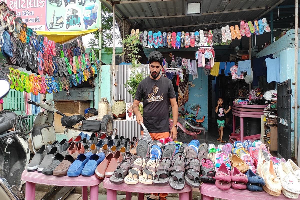 સંજય ટાંક, અમદાવાદ : છેલ્લા દોઢ વર્ષથી કોરોનાએ (CoronaVirus)ઘણા લોકોનું જીવન બદલી નાખ્યું છે. ઘણા એવા લોકો પણ છે જેઓએ પોતાના ધંધા રોજગાર અને વ્યવસાય બદલીને નવેસરથી જિંદગીની શરૂઆત કરી છે. આવી જ કંઈક કહાની અમદાવાદના (Ahmedabad)એક મ્યુઝીશિયનની (music artist)છે. જેના મ્યુઝીકના તાલે દુનિયા થિરકતી હતી પણ કોરોનાના કારણે હવે આ મ્યુઝીશિયનને કામ મળતું બંધ થતાં નવો બિઝનેસ શરૂ કર્યો છે.