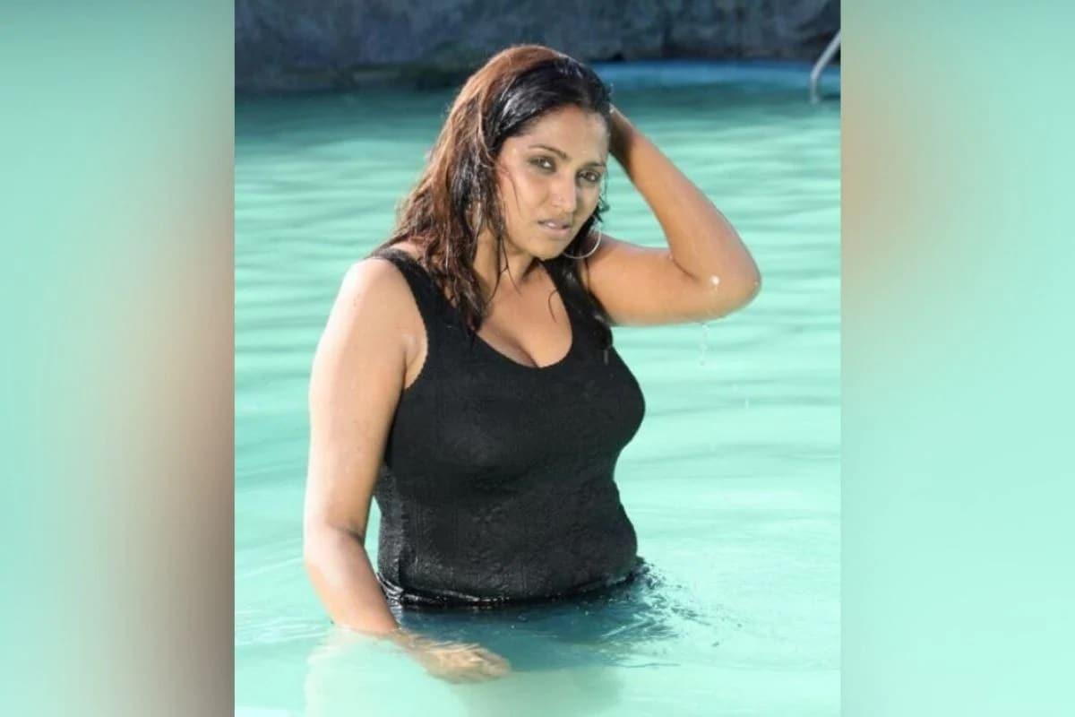 Bhuvaneswari - મોડેલ અને દક્ષિણ ભારતીય અભિનેત્રી ભુવનેશ્વરી તમિલ અને તેલુગુ ફિલ્મો (Telugu Films)માં જોવા મળી છે. વર્ષ 2008માં રિલીઝ થયેલી ફિલ્મ 'કુરકુરે'માં ભુવનેશ્વરી મુખ્ય ભૂમિકામાં જોવા મળી હતી. તેનું નામ પણ સેક્સ રેકેટમાં સામે આવ્યું હતું. અહેવાલો અનુસાર, 2002માં, એક નેતા સાથેના વિવાદ બાદ, વેશ્યાવૃત્તિનો ધંધો કરવા બદલ પોલીસે તેની ધરપકડ કરી હતી. જ્યારે તે જેલમાંથી બહાર આવી ત્યારે વર્ષ 2003માં તેણે ફિલ્મ 'બોયઝ' માં વેશ્યાની ભૂમિકા ભજવી હતી.