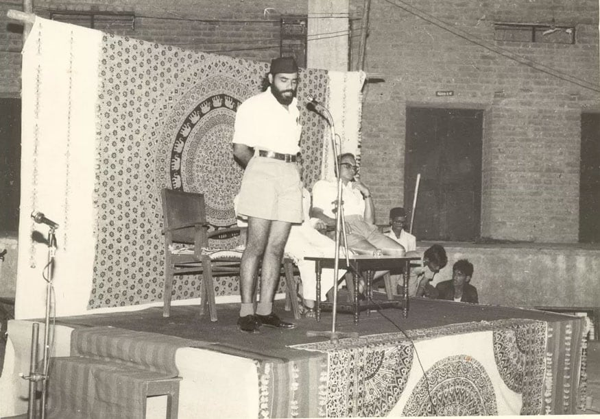 જ્યારે PM મોદી રાષ્ટ્રિય સ્વયંસેવક સંઘ (RSS) સંગઠન સાથે જોડાયા હતાં. આ તસવીર 1970નાં શરૂનાં સમયગાળાની આ તસવીર છે. આ તસવીરમાં પ્રધાનમંત્રી મોદી તે સમયે RSSનાં સ્વયંસેવકોને સંબોધી રહ્યાં છે. (Image: Narendra Modi App)