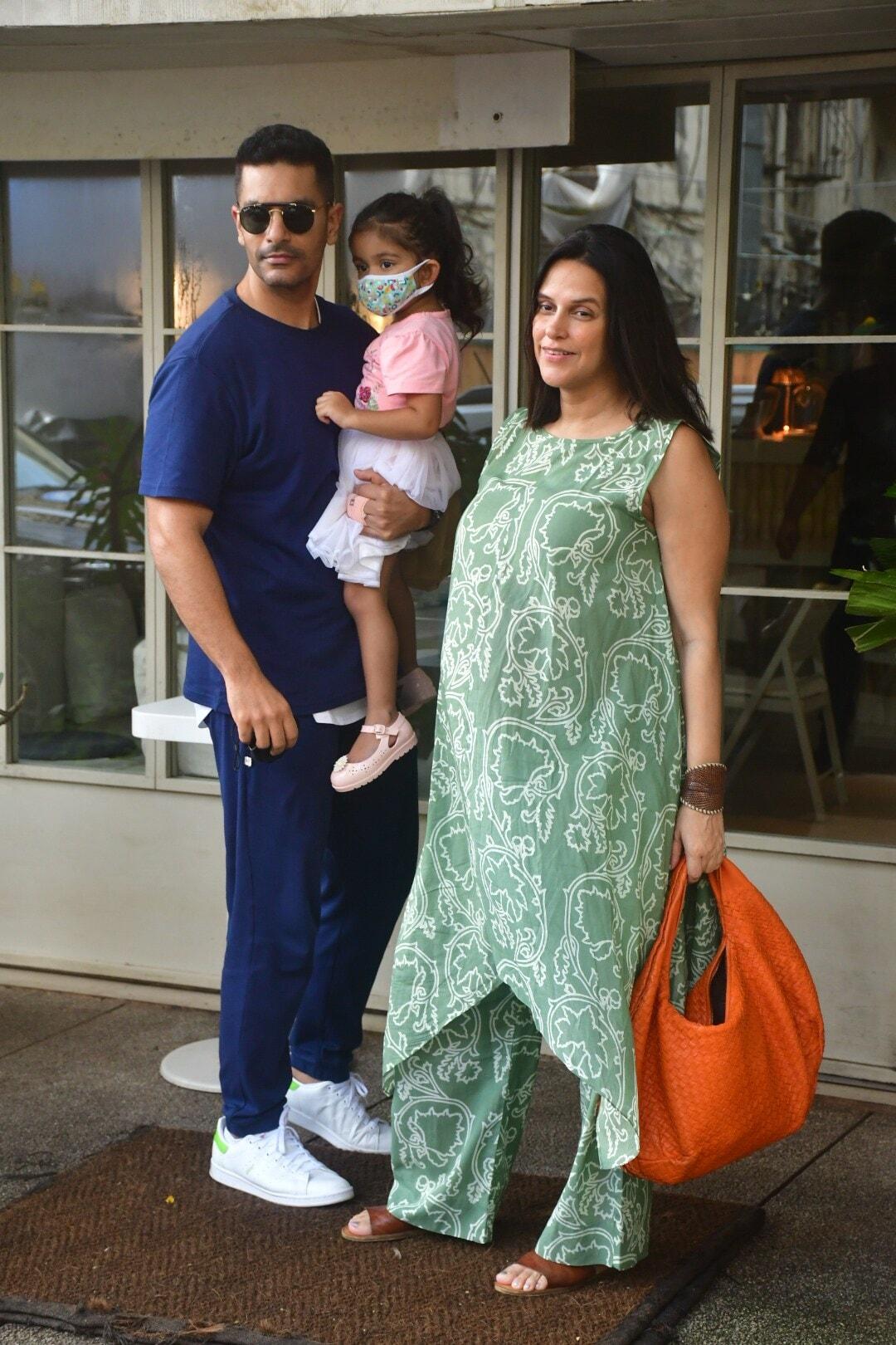 પતિ અગંદ બેદી અને દીકરી મેહર સાથે નેહા ધુપિયા. હવે તે પ્રેગ્નેન્સીનાં અંતિમ મહિનામાં છે. તેને ગમે ત્યારે બેબી બોર્ન થઇ શકે છે. (Image: Viral Bhayani)