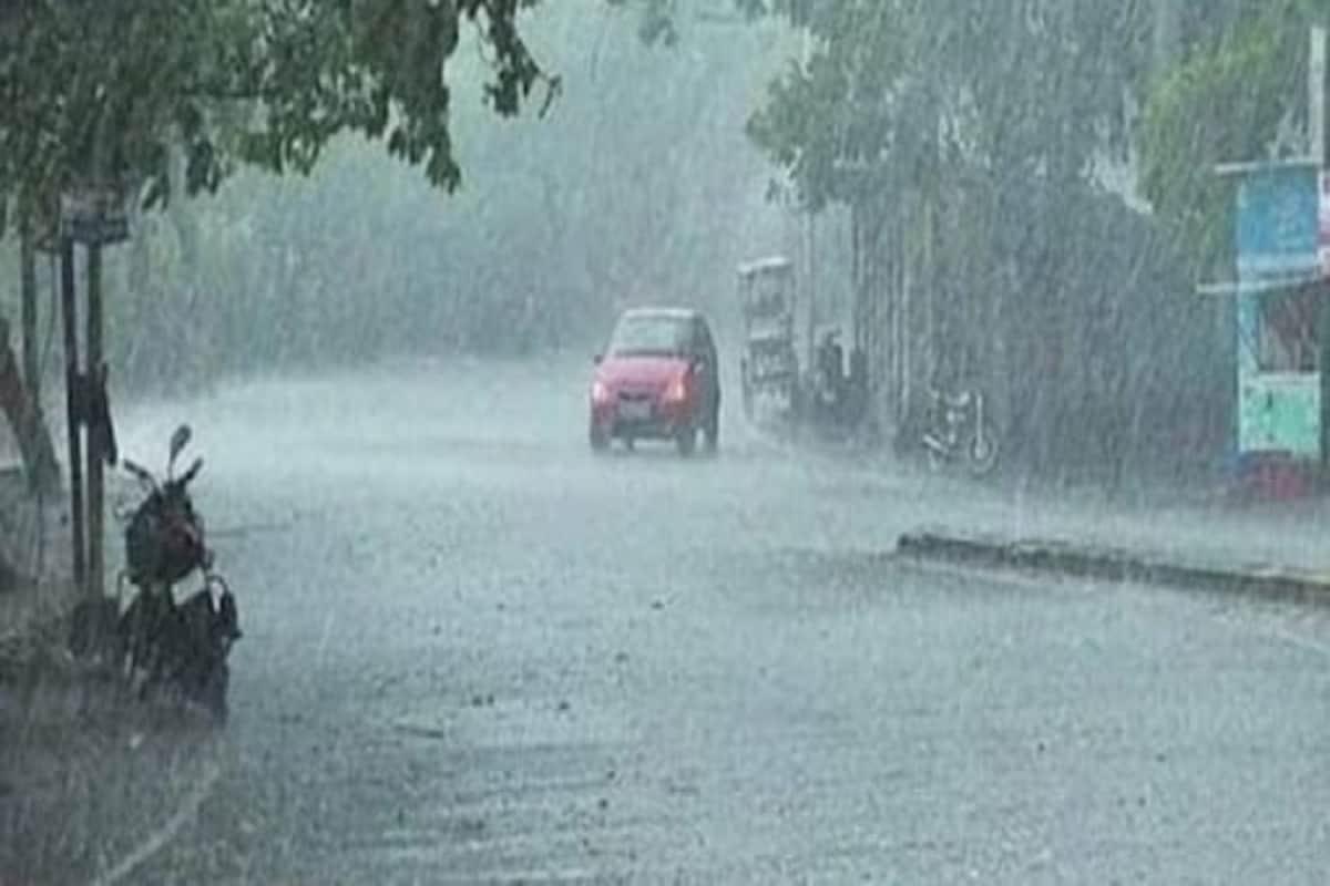 Gujarat Weather forecast: બંગાળના ખાડીમાં સક્રિય થયેલા વાવાઝોડા ગુલાબ (Cyclone Gulab Effect in Bay of Bengal)ના કારણે રાજ્યમાં હજુ વરસાદ પડશે (Gujarat Rains) આ સ્થિતિમાં હવામાન વિભાગ આગામી પાંચ દિવસ રાજ્યમાં ભારે વરસાદની આગાહી કરી છે. આ વાવાઝોડાની અસરના કારણે 28-29 સપ્ટેમ્બર તો વરસાદ ભુક્કા બોલાવી શકે છે. દક્ષિણ ગુજરાત અને સૌરાષ્ટ્રમાં (South Gujarat Saurashtra Rains) Rains) આ વાવાઝોડાના કારણે ભારે વરસાદ વરસી શકે છે. આમ 27મી સપ્ટેમ્બરથી બીજી ઓક્ટોબર સુધી ભારે વરસાદની આગાહી છે (Gujarat Weather forecast Rain alert from 27th September to 2nd October)