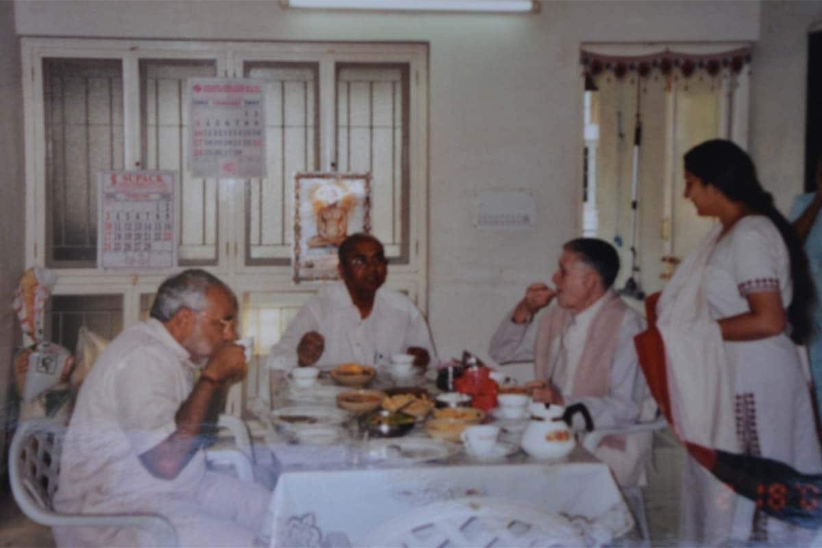 અરવિંદભાઈ મણિયારના ઘરે રોકાયા હતા નરેન્દ્ર મોદી: નરેન્દ્ર મોદી જ્યારે પોતાની પ્રથમ ચૂંટણી રાજકોટથી લડી રહ્યા હતા ત્યારે તેઓ અરવિંદભાઈ મણિયાર (Arvindbhai Maniar)ના ઘરે રોકાયા હતા. પાર્ટી કાર્યાલય કહો કે જુદી જુદી રણનીતિ ઘડવા માટેનુ સ્થાન તે તમામ બાબતો અરવિંદભાઈ મણિયારના નિવાસ સ્થાને નક્કી થતી હતી. ચૂંટણીની ભાગાદોડી વખતે મતદાન પ્રક્રિયાના આડે બસ ગણતરીના દિવસો બાકી બચ્યા હતા ત્યારે નરેન્દ્ર મોદી માટેની ચૂંટણીમા કોમ્પયુટર સહિતના વિભાગોની જવાબદારી સંભાળનાર કલ્પકભાઈ મણિયારે (Kalpakbhai Maniar) નરેન્દ્રભાઈ પાસે તેમનુ જન્મ સ્થળ, તારીખ અને સમય માંગ્યો હતો. (ફાઇલ તસવીર)