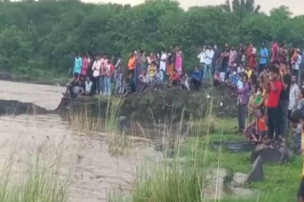 ભારે વરસાદને કારણે જિલ્લાના તમામ નદી નાળાઓમાં પૂર જેવી પરિસ્થિતિ છે. ત્યારે ધડોઈ ડેમ નજીક ઔરંગા નદીમાં ફસાયેલા આ પ્રેમીયુગલને બચાવવા એન.ડી.આર એફની ટીમ દ્વારા હાથ ધરાયેલા દિલધડક ઓપરેશનને જોતા લોકોના જીવ અધ્ધર થઇ ગયા હતા. એન ડી આર એફ દ્વારા યુવક અને યુવતીને સલામત રીતે બચાવી અને કિનારે લાવતા લોકોએ હાશકારો અનુભવ્યો હતો.