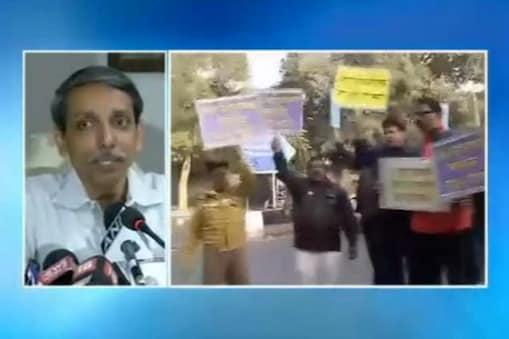 نئی دہلی : جے این یو میں افضل گورو کی پھانسی کو لے کر مبینہ طور پر طالب علموں کی نعرے بازی کے بعد اٹھا طوفان تھمنے کا نام نہیں لے رہا ہے۔