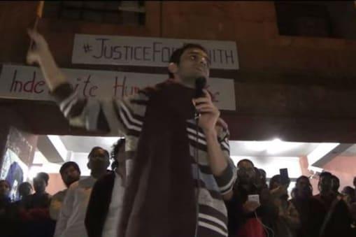 نئی دہلی۔ جواہر لال نہرو یونیورسٹی کے جن طلبہ پر بغاوت کے الزامات ہیں، ان میں سے پانچ اتوار کی دیر رات یونیورسٹی کیمپس پہنچ گئے۔