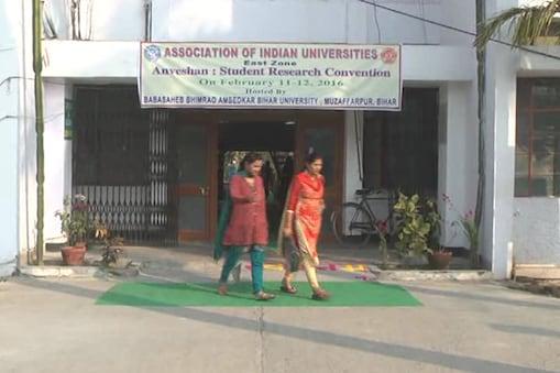 مظفرپور : بہارکے مظفرپورمیں واقع ڈاکٹربھیم راؤامبیڈکریونیورسٹی میں 11 اور 12 فروری کومشرقی زون کے ریسرچ اسکالروں کے لیے انعامی مقابلہ منعقدکیا گیا۔ مشرقی زون میں بہار، جھارکھنڈ، اُڈیشہ اور مغربی بنگال کی 66 یونیورسٹیاں شامل رہیں۔