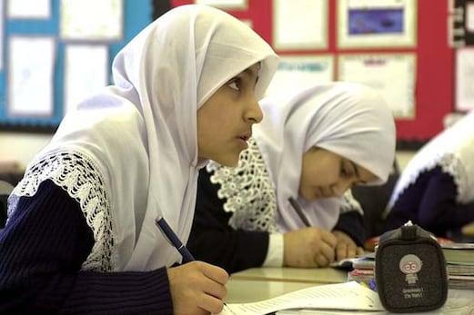 برطانوی مسلم لڑکیوں کی اعلیٰ تعلیمی ڈگری کی دوڑ میں لڑکوں سے بہتر کارکردگی