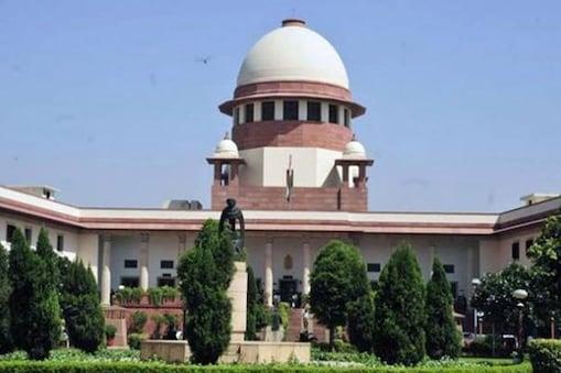 نئی دہلی ۔ سپریم کورٹ نے آج اپنے ایک تاریخی فیصلے میں چوبیس ہفتے سے زیادہ کی حاملہ عصمت دری کی شکار خاتون کو اسقاط حمل کی اجازت دے دی۔
