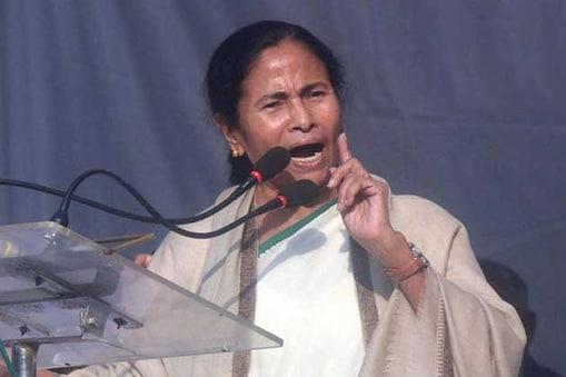 ممتا بنرجی نے اسٹیج پر موجود کرناٹک پولیس کے ڈی جی پی نیل منی راجو کو بد انتظامی کی شکایت کر ڈالی۔