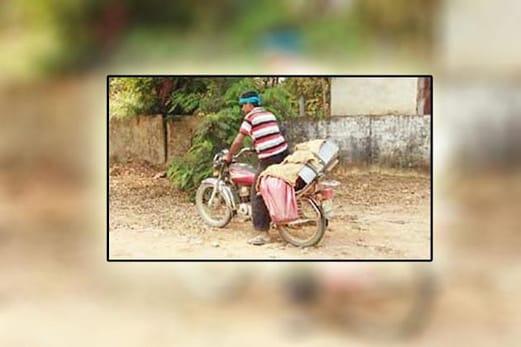 پوسٹ مارٹم کے لئے بیٹے نے باپ کی لاش موٹر سائیکل میں باندھ کر طے کی 20 کلومیٹر کی دوری