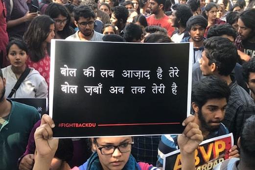 رامجس کالج میں تشدد کے سلسلہ میں مودی حکومت نے طلب کی رپورٹ ، تین پولیس اہلکار معطل ، طلبہ کا احتجاج