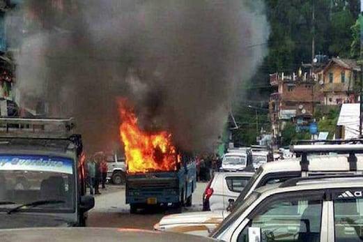 دارجلنگ میں تشدد کے تازہ واقعات ، پولس کی گاڑیاں نذر آتش ، سی آر پی ایف جوانوں پر پتھراؤ ، کئی زخمی