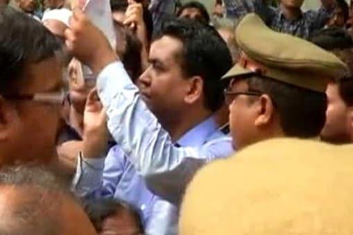 عام آدمی پارٹی کے سابق لیڈر کپل مشرا دہلی کے وزیر اعلی اروند پر مسلسل حملے کر رہے ہیں ۔